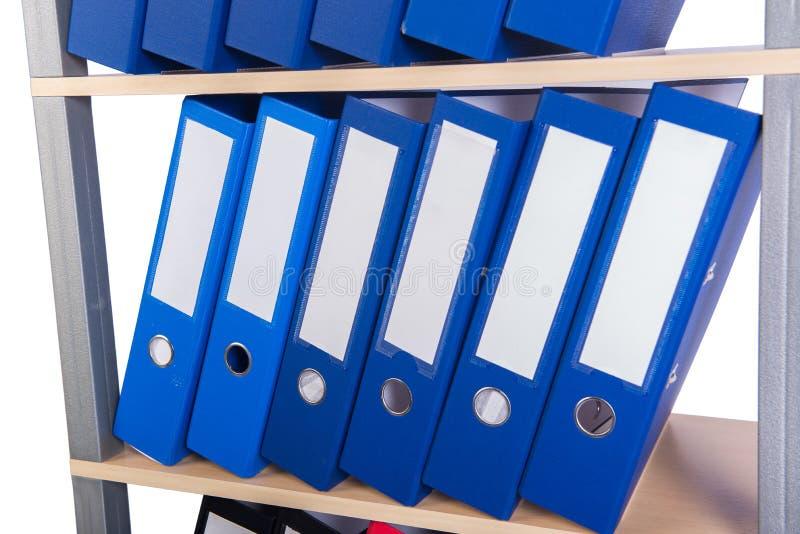 Muitos dobradores da pasta na prateleira foto de stock royalty free