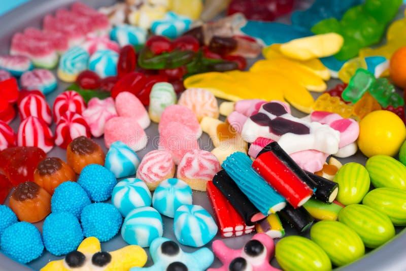 Muitos doces e geleias deliciosos diferentes em uma bandeja plástica imagens de stock royalty free