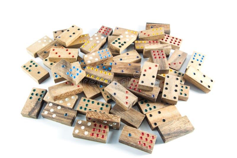 Muitos dominós de madeira no isolado foto de stock