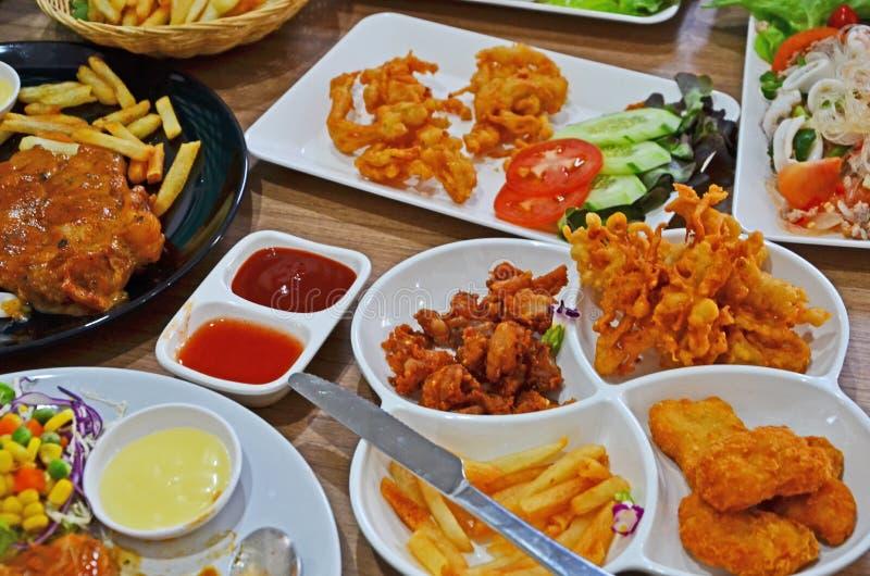 Muitos estilos de pratos saborosos do alimento na tabela imagens de stock royalty free