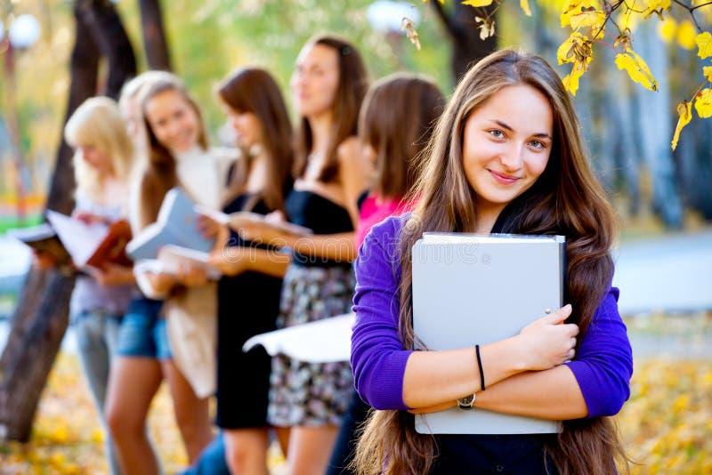 Muitos estudantes no parque do outono imagens de stock