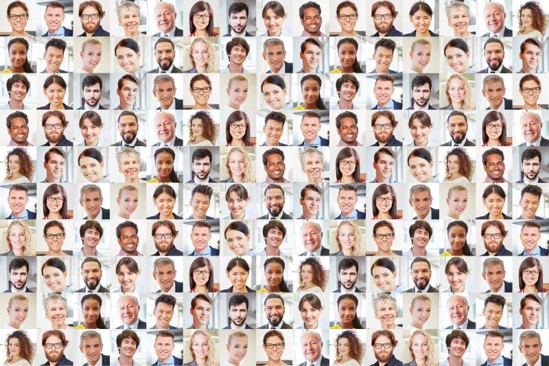 Muitos executivos dos retratos junto como trabalhos de equipe imagens de stock