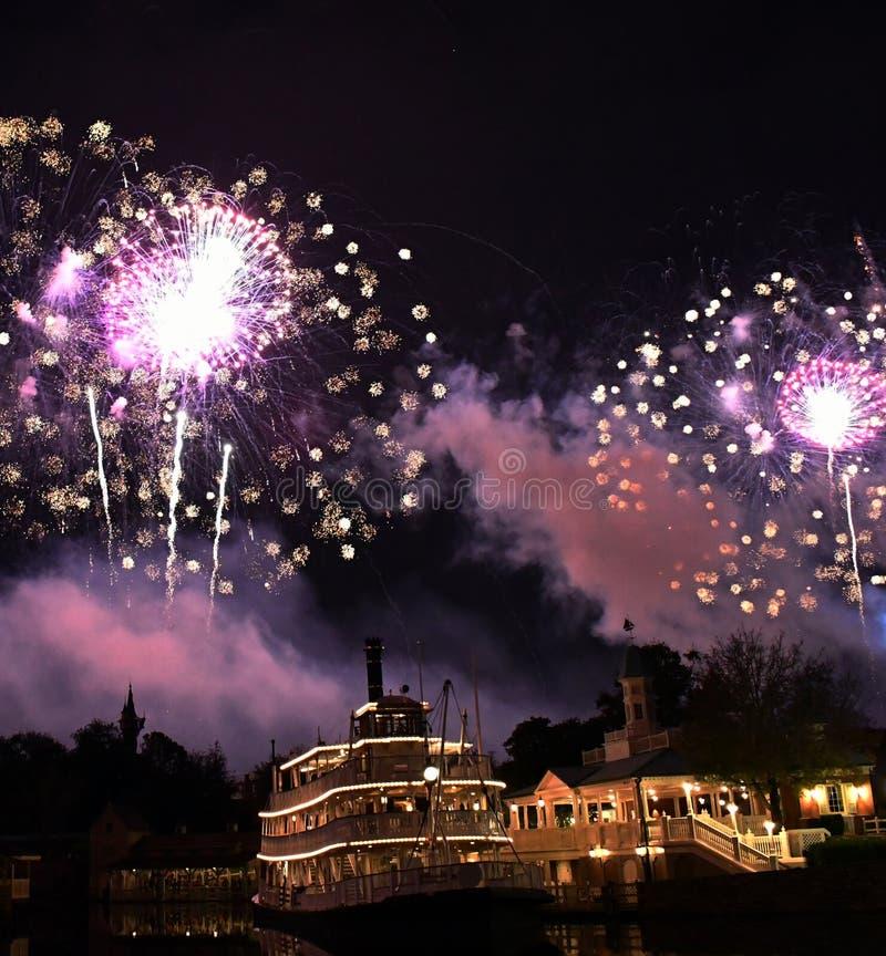 Muitos fogos de artifício iluminam acima o céu fotografia de stock