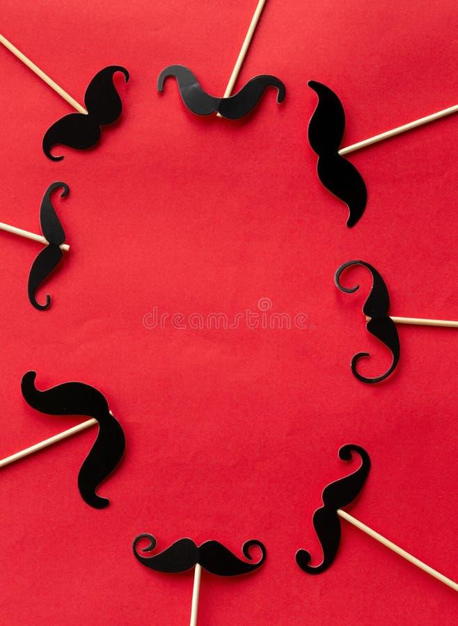 Muitos forram os bigodes no partido dos suportes da cabine foto de stock