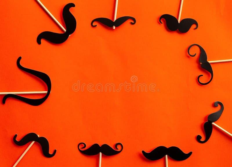 Muitos forram os bigodes no partido dos suportes da cabine imagem de stock royalty free