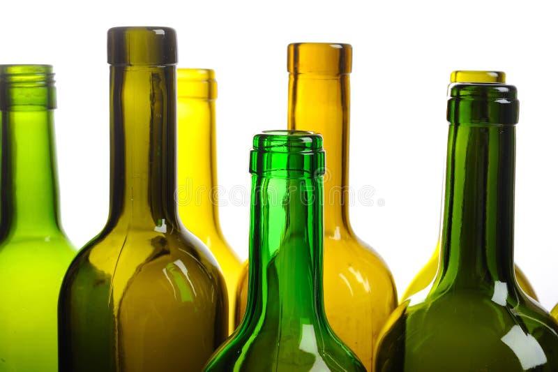 Muitos frascos de vinho verdes vazios isolados no branco fotos de stock royalty free