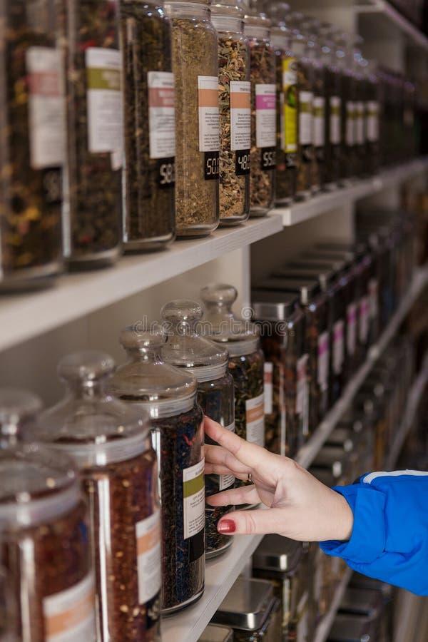 Muitos frascos do vidro com chá imagens de stock