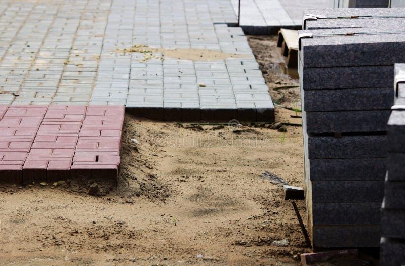 muitos freios para obras em páletes no local que coloca o quadrado de cidade dos pavimentos e telhas colocadas em uma camada de a imagem de stock