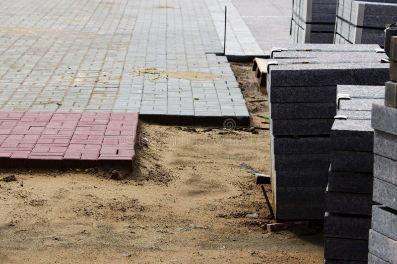 muitos freios para obras em páletes no local que coloca o quadrado de cidade dos pavimentos e telhas colocadas em uma camada de a fotografia de stock royalty free