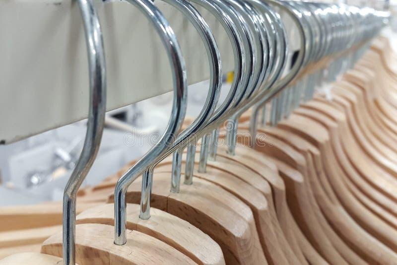 Muitos ganchos de roupa em uma cremalheira imagens de stock