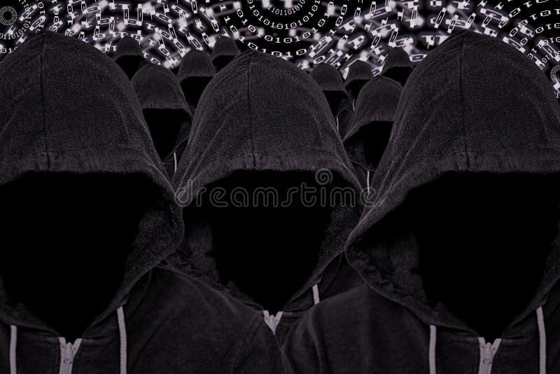 Muitos hacker de computador sem cara encapuçados com código binário imagem de stock