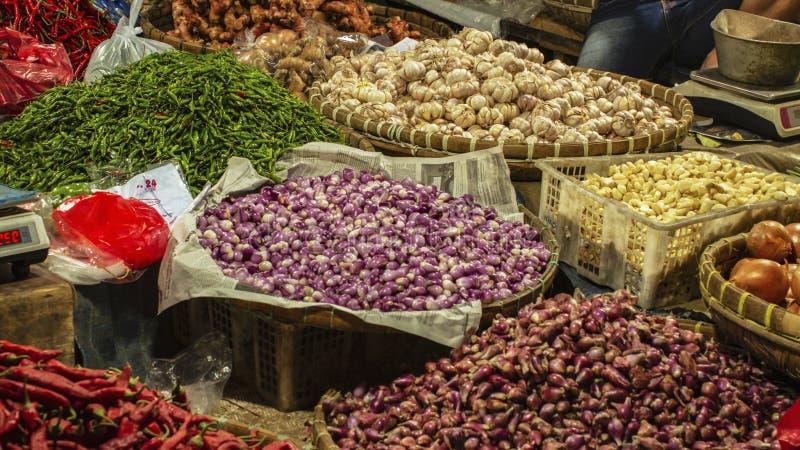 Muitos ingredientes das variedades para cozinhar necessidades no mercado tradicional fotos de stock royalty free