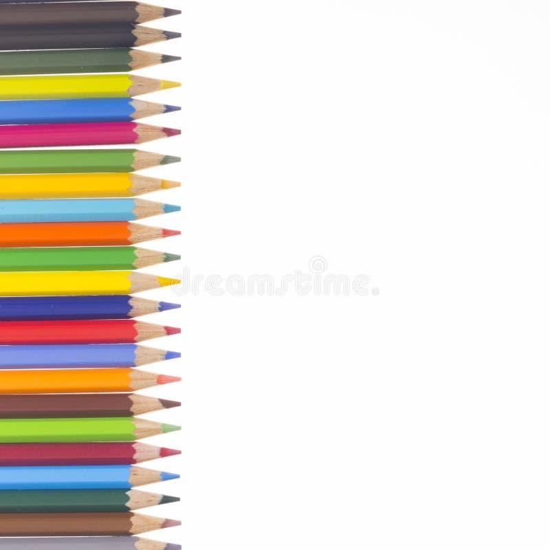 Muitos lápis coloridos em uma fileira vertical ilustração stock