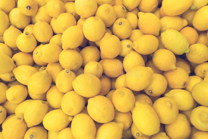 Muitos limões amarelos imagens de stock