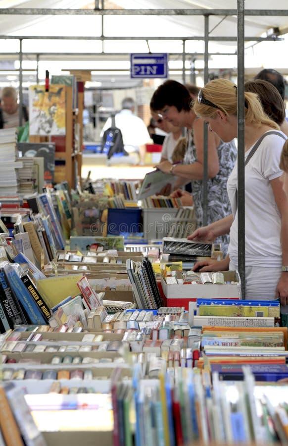 Muitos livros da segunda mão imagem de stock