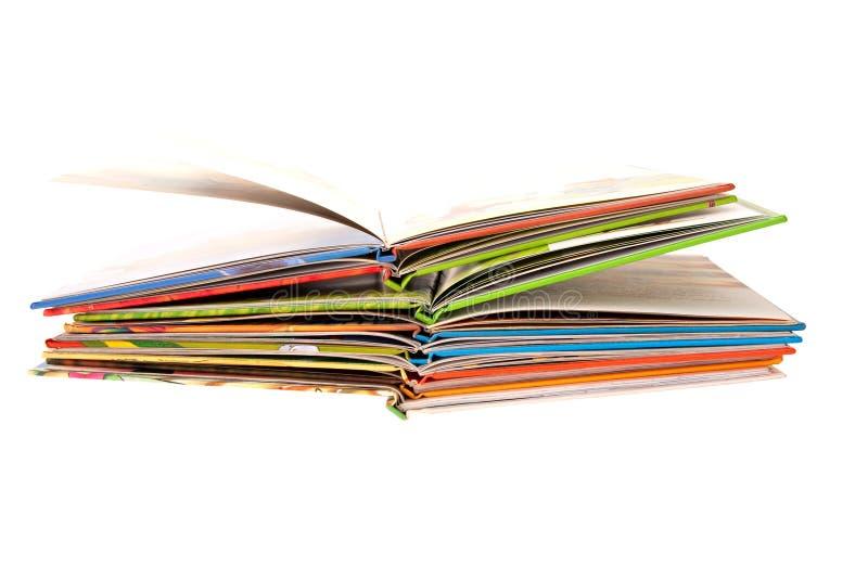 Muitos livros de crianças abertos fotografia de stock