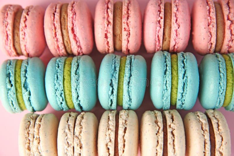 Muitos macarons deliciosos, vista superior imagem de stock