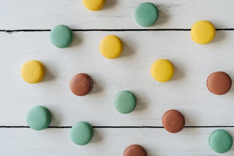 Muitos macarons no fundo de madeira branco foto de stock royalty free