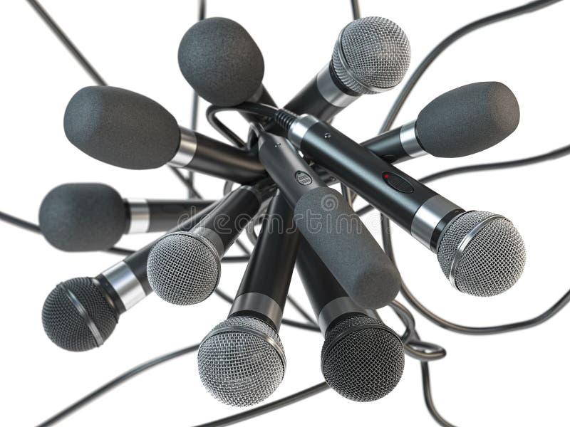 Muitos microfones isolados no branco Conferência de imprensa ou fundo do conceito da entrevista fotos de stock royalty free