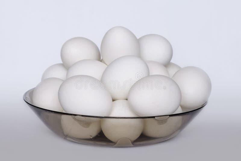 Muitos ovos cozidos brancos em uma placa imagens de stock royalty free