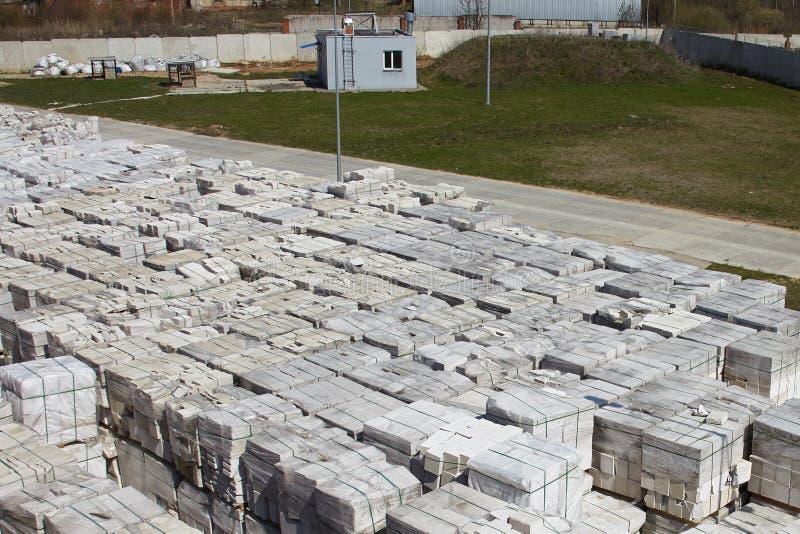 Muitos pacotes do concreto ventilado esterilizado em páletes puseram um sobre o outro em um armazém exterior da fábrica Vista sup fotografia de stock