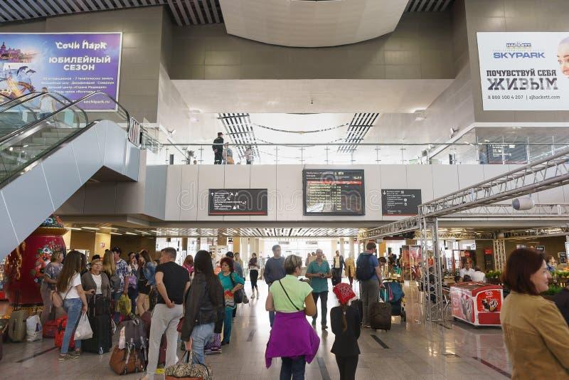 Muitos passageiros que esperam a chegada do trem desejado na estação de trem do passageiro Placas e propaganda da informação foto de stock royalty free