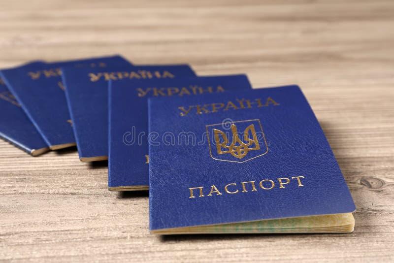 Muitos passaportes internos ucranianos no fundo de madeira foto de stock