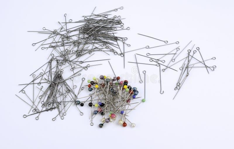 Muitos pinos do impulso da costura isolados no fundo branco foto de stock