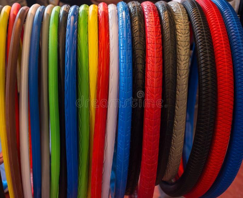 Muitos pneus coloridos da bicicleta fotografia de stock
