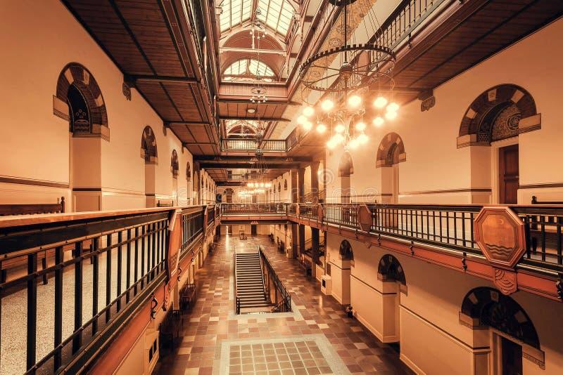 Muitos portas e níveis dentro da câmara municipal de Copenhaga dos colorfuls, construída em 1905 no estilo romântico nacional foto de stock