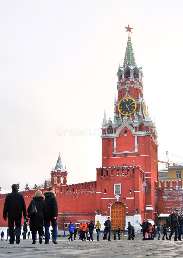 Muitos povos andam no quadrado vermelho em Moscou imagens de stock royalty free