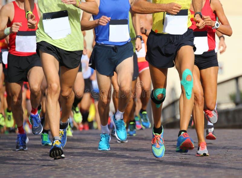 muitos povos correm rapidamente durante esportes competem através das ruas imagens de stock royalty free