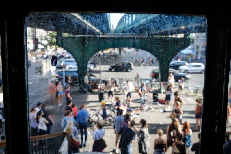 Muitos povos na rua, olhando através da janela suja no estreptococo ocupado foto de stock