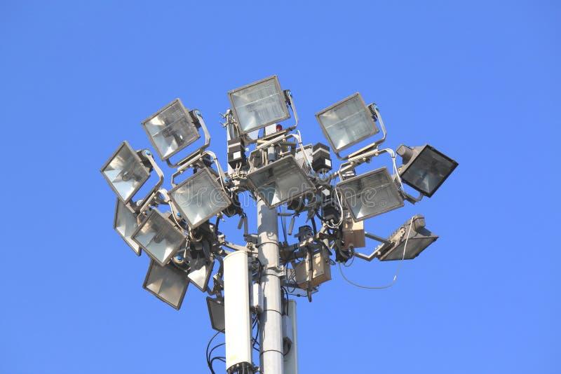 Muitos projetores brilhantes em um polo contra o céu azul foto de stock royalty free