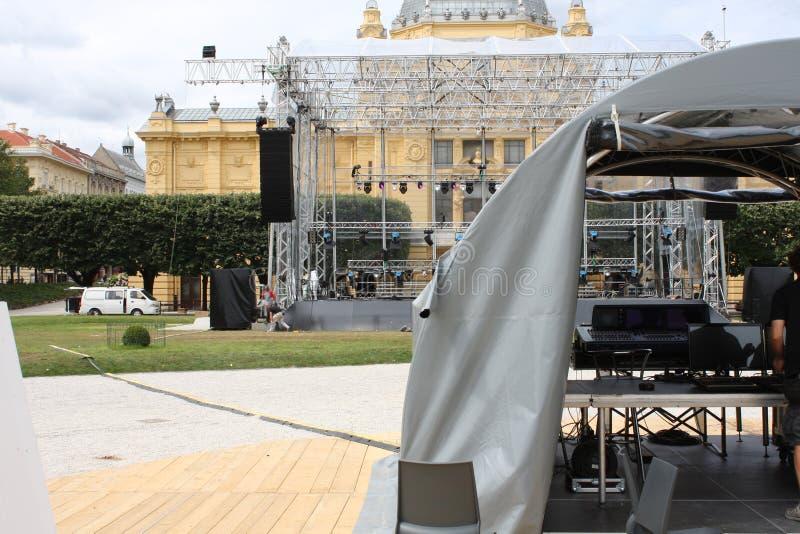 Muitos projetores que iluminam a fase em um concerto com DJ o imagens de stock