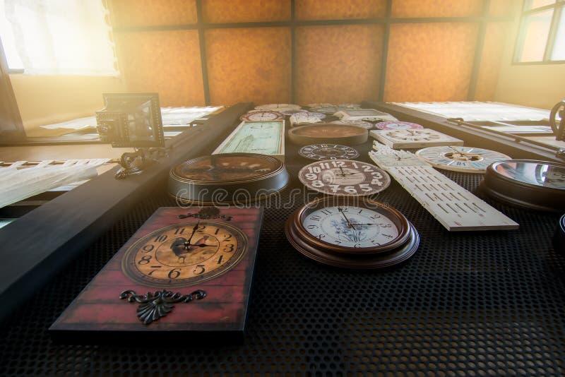 Muitos relógios são unidos à parede para decorar fotos de stock royalty free