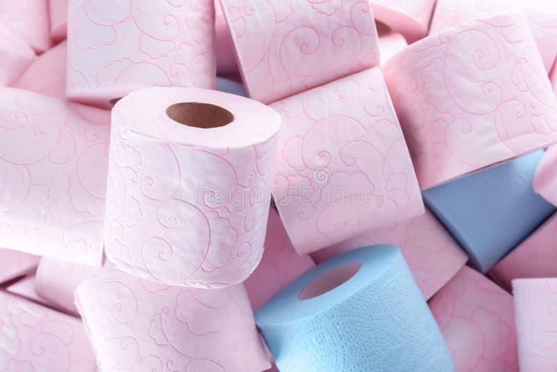 Muitos rolos de papel higiênico como o fundo imagens de stock royalty free