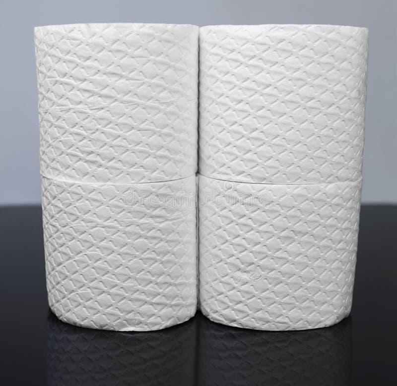 Muitos rolos de papel higiênico gravados branco foto de stock