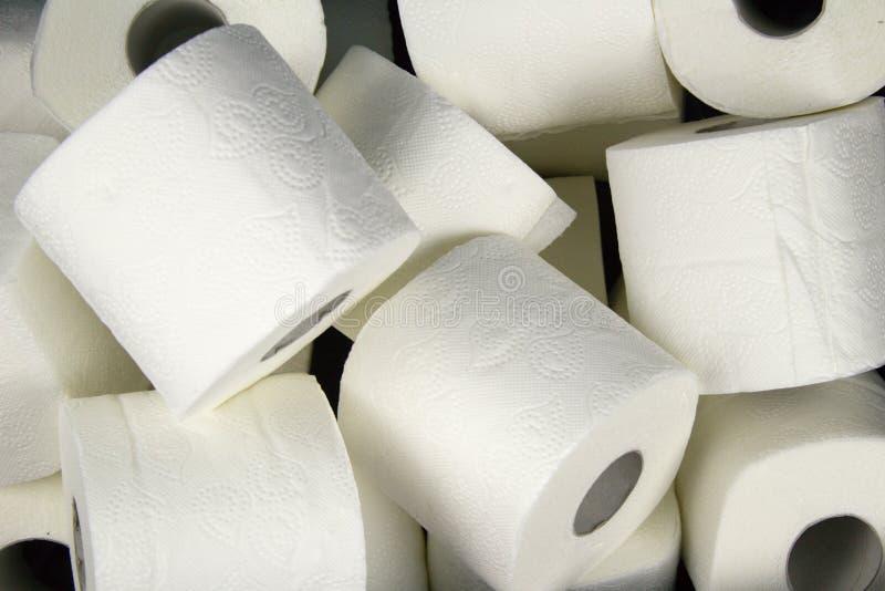 Muitos rolos do papel higiênico branco Uma matéria da necessidade diária foto de stock royalty free