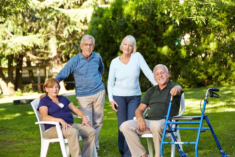 Muitos séniores que sentam-se no verde imagens de stock royalty free