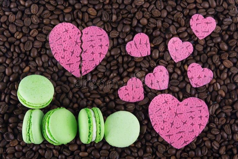 Muitos tamanhos diferentes dos corações e dos bolos de maçã em feijões de café imagem de stock royalty free