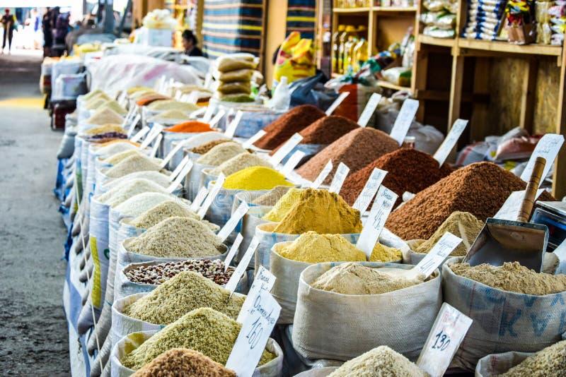 Muitos tipos das especiarias e dos ingredientes do mercado fotografia de stock royalty free