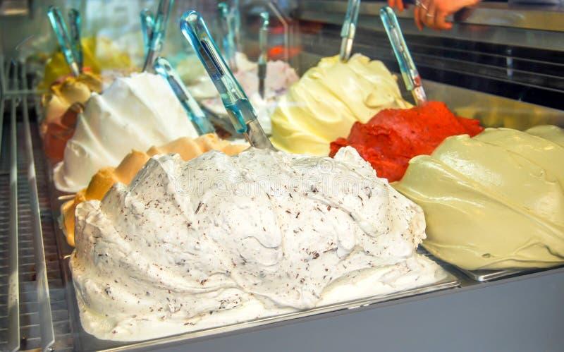 Muitos tipos de gelado no shopwindow em Itália, fotografia de stock