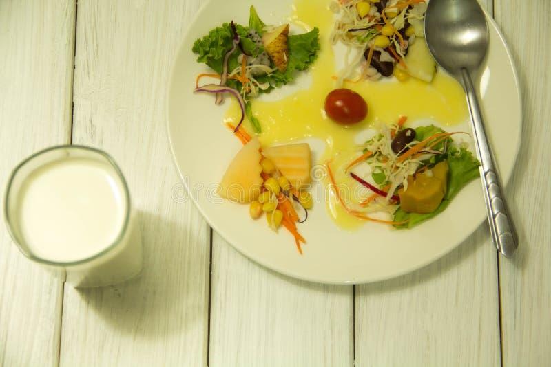 Muitos tipos de saladas de frutas e legumes imagens de stock royalty free
