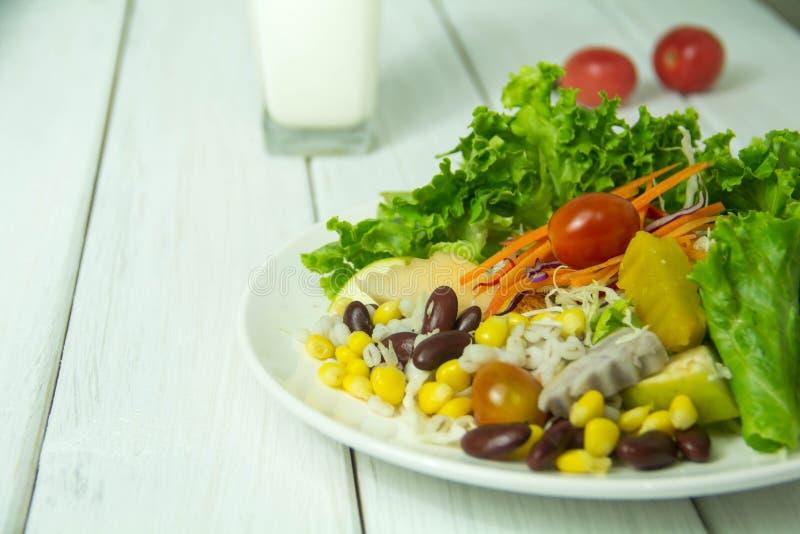 Muitos tipos de saladas de frutas e legumes foto de stock