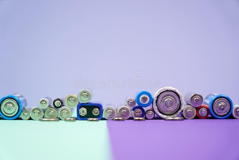 Muitos tipos diferentes usados ou bateria nova, acumulador recarregável, pilhas alcalinas no fundo da cor imagens de stock royalty free