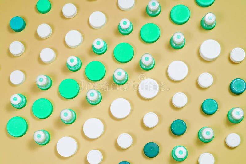 Muitos tipos diferentes usados ou bateria nova, acumulador recarregável, pilhas alcalinas no fundo da cor imagem de stock royalty free