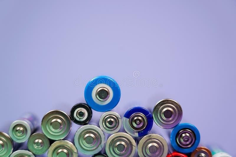 Muitos tipos diferentes usados ou bateria nova, acumulador recarregável, pilhas alcalinas no fundo da cor foto de stock