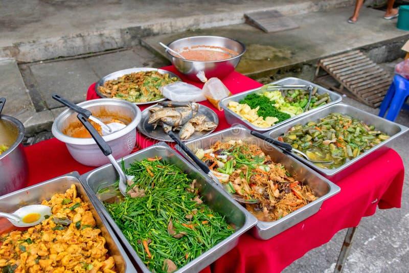 Muitos tipos do alimento tailandês no mercado de rua da manhã que você pode encontrar em todo o país Prachuabkirikhan, Tailândia  fotos de stock royalty free
