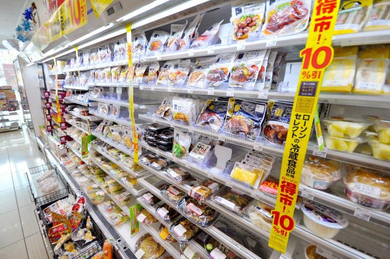 Muitos tipos dos alimentos em prateleiras no supermercado japonês em Sappor imagem de stock